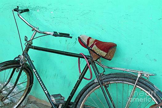 Sami Sarkis - Old black bike parked