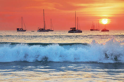 Sea waves at sunset by Teerapat Pattanasoponpong