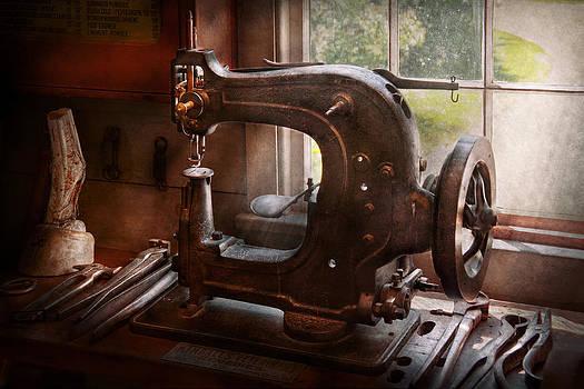 Mike Savad - Sewing Machine - Leather - Saddle Sewer