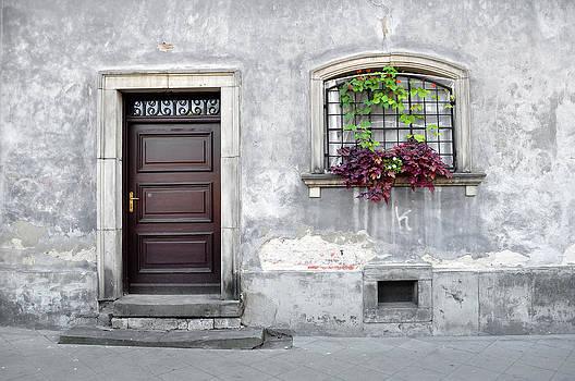 Simple old house facade. by Fernando Barozza