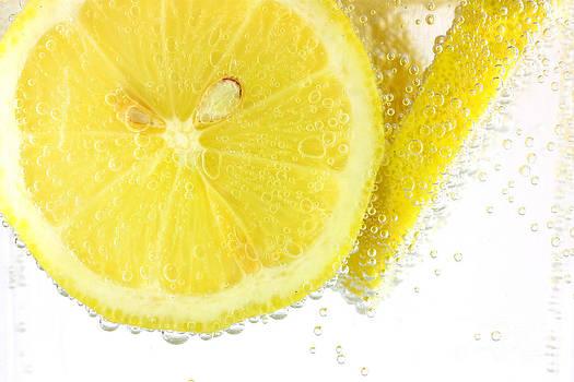 Simon Bratt Photography LRPS - Sliced lemon in fizzy water