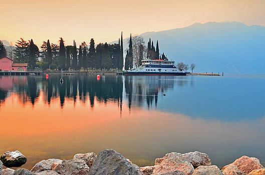 Martina Fagan - Traghetto in attesa sul Lago