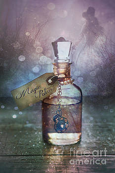 Sandra Cunningham - A little bottle with a potion that says Drink Me