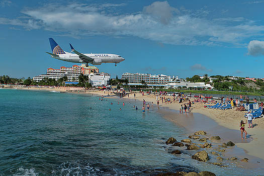 United Airlines landing at St. Maarten airport by David Gleeson