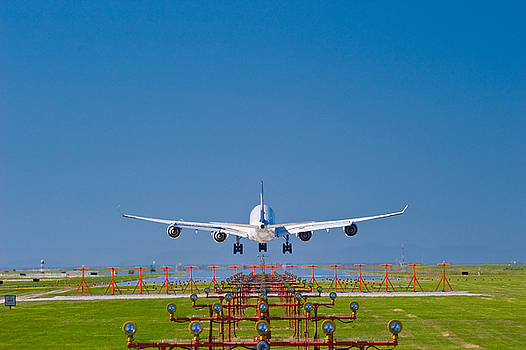 A340 landing by David Nunuk