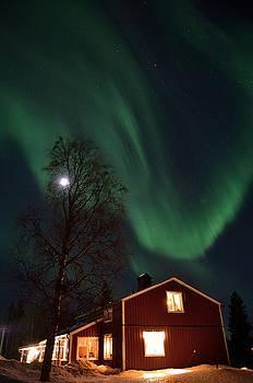 Aurora above the house by Peder Lundkvist