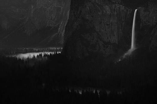 Bridalveil falls over Yosemite Valley by Jetson Nguyen
