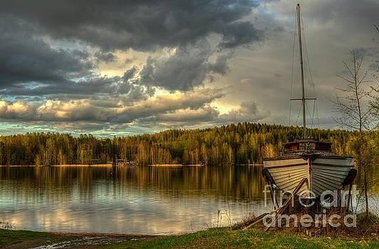 Broken boat by Markus Hovikoski