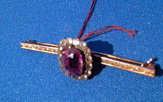European gold pin decorated with large amethyst and 16 old mine diamonds by Anonymous goldsmith
