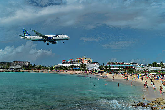 jetBlue landing at SXM airport. by David Gleeson