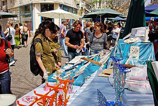 Judaica Artist Mario Pomerantz at Nachalat Benyamin Artist Market by Zalman Latzkovich