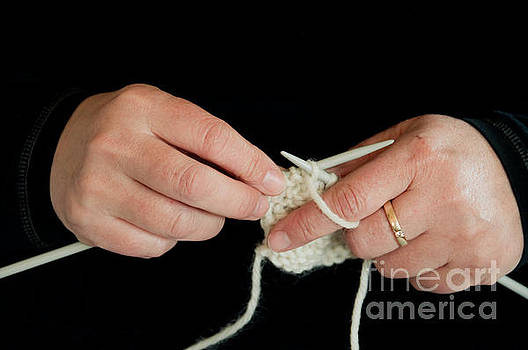 Knitting hands by Gry Thunes