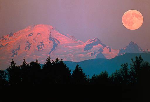 Moonrise over mountain by David Nunuk