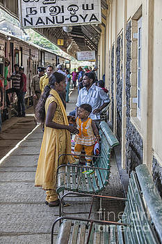 Patricia Hofmeester - Mother and child at train station in Sri Lana
