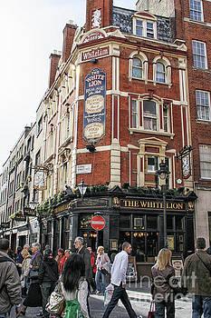 Patricia Hofmeester - People near a pub in London