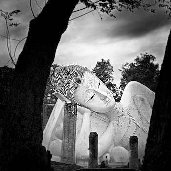 Reclining Buddha  by Pornsak Na nakorn