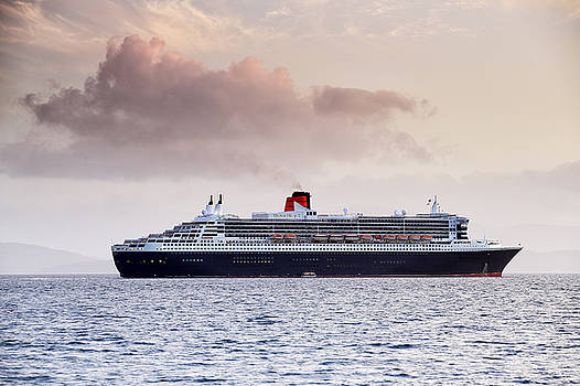 RMS Queen Mary 2 by Grant Glendinning