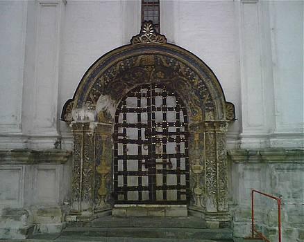 Yvonne Ayoub - Russia Moscow City Kremlin Gate 01
