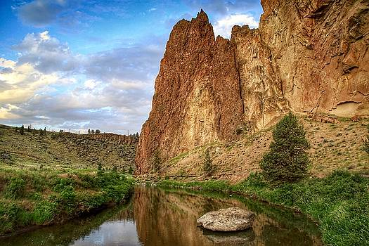 Smith Rock smooth view by Lynn Hopwood