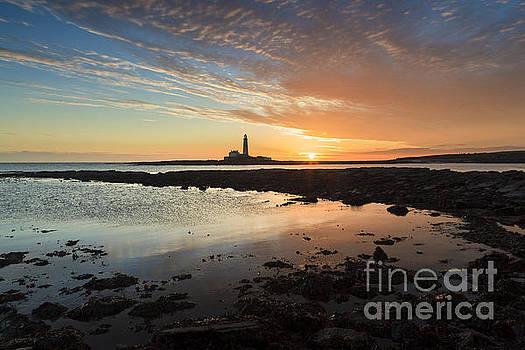 Sunrise at St Marys Lighthouse. by John Cox