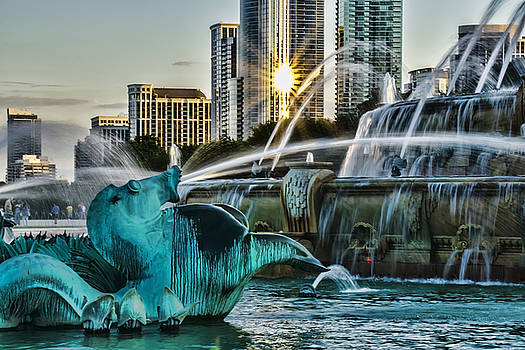 telephoto look at Chicago's Buckingham Fountain  by Sven Brogren