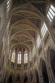 Sami Sarkis - Vaulted ceilings and stained glass windows of Saint Andre Cathedral in Bordeaux