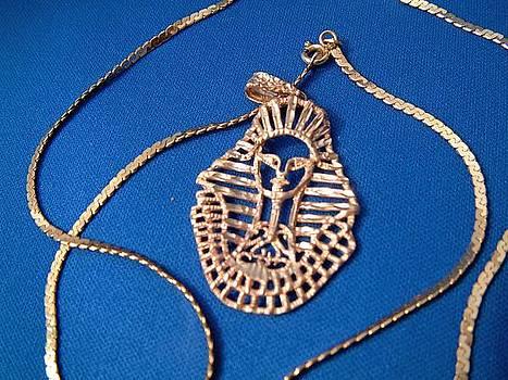 Vintage Italian 14 K gold pendant with Egyptian decor featuring Nefertiti by Italian goldsmith