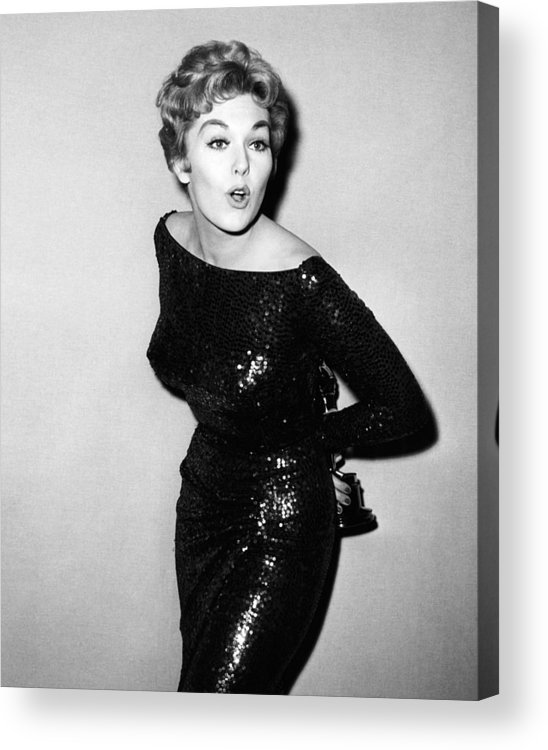 1950s Portraits Acrylic Print featuring the photograph Kim Novak Holding Oscar, Circa 1950s by Everett