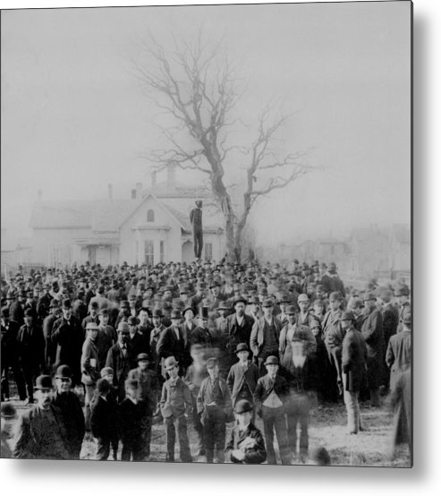 History Metal Print featuring the photograph 1000 People Gather To See The Body Of by Everett