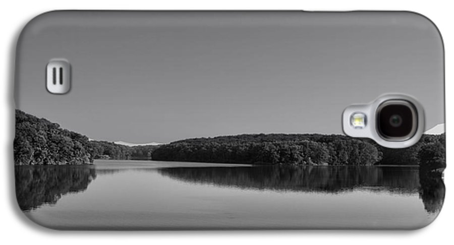 Black And White Galaxy S4 Case featuring the photograph Autumn Moon At Argyle Lake Bw by Thomas Woolworth