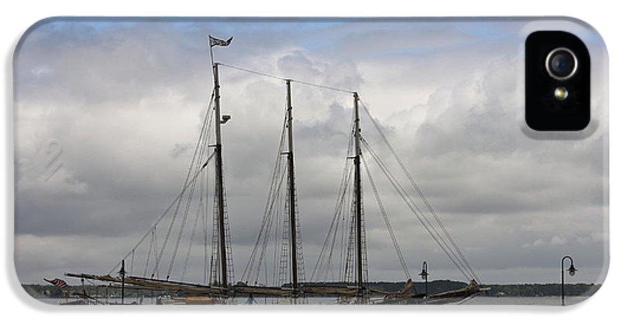 Yorktown IPhone 5 / 5s Case featuring the photograph Alliance Schooner by Teresa Mucha