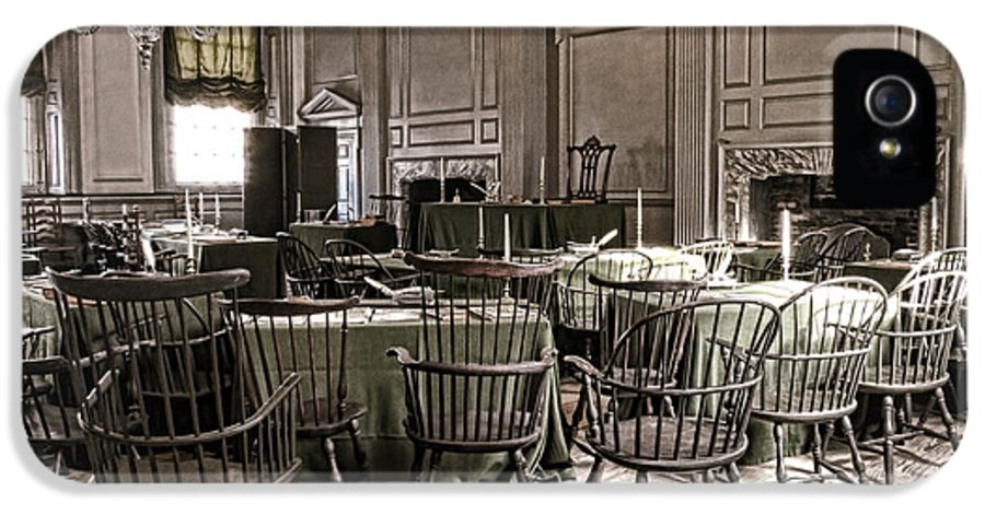 Philadelphia IPhone 5 / 5s Case featuring the photograph Antique Independence Hall by Olivier Le Queinec