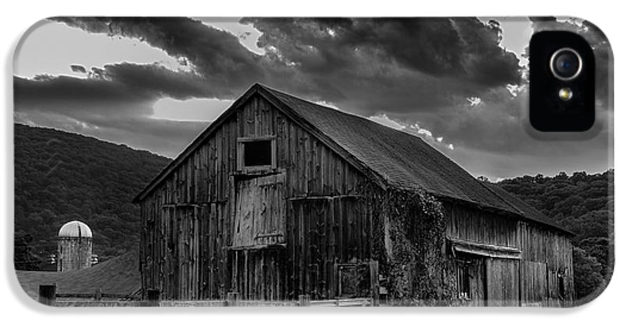 Kent Connecticut IPhone 5 / 5s Case featuring the photograph Casey's Barn-black And White by Thomas Schoeller