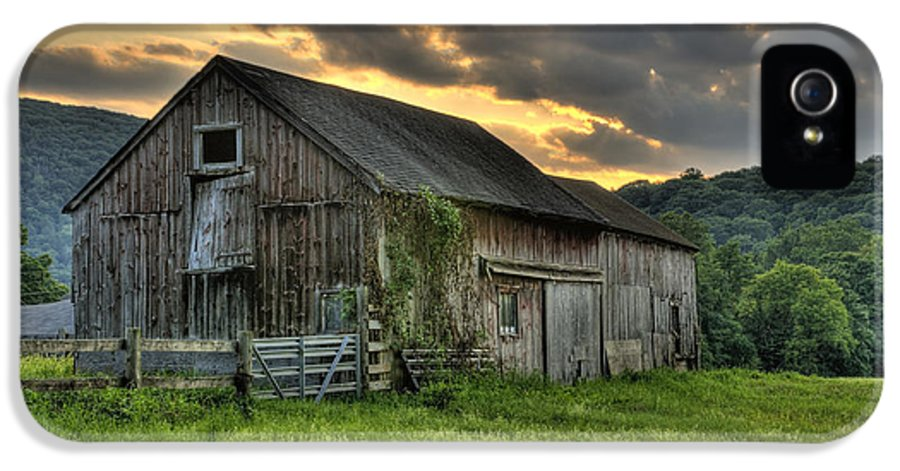 Farms And Barns IPhone 5 / 5s Case featuring the photograph Casey's Barn by Thomas Schoeller
