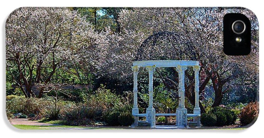 Gazebo IPhone 5 / 5s Case featuring the photograph Come Into The Garden by Cynthia Guinn