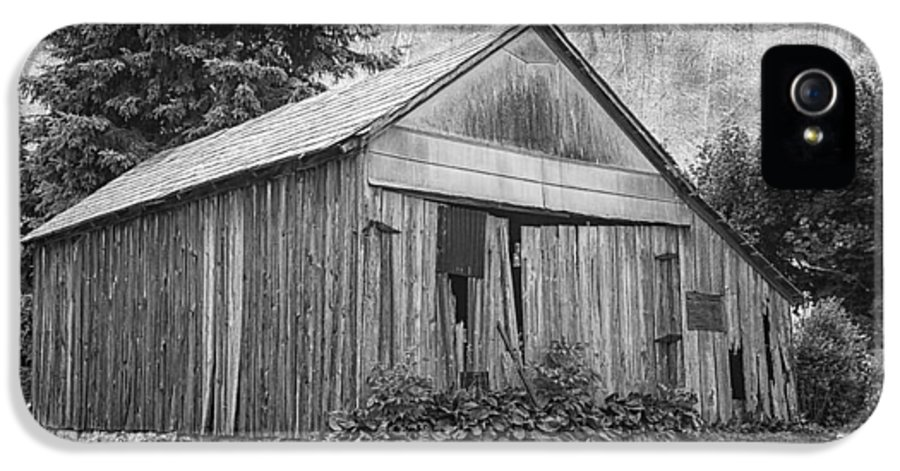 Barn IPhone 5 / 5s Case featuring the photograph Country Barn by Kim Hojnacki