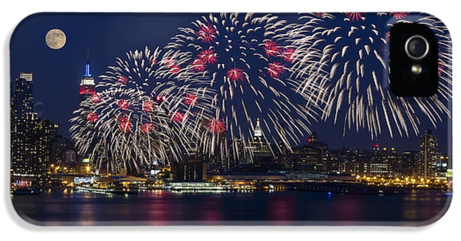 4th Of July IPhone 5 / 5s Case featuring the photograph Fireworks And Full Moon Over New York City by Susan Candelario