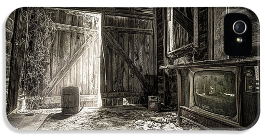 Old Barn IPhone 5 / 5s Case featuring the photograph Inside Leo's Apple Barn - The Old Television In The Apple Barn by Gary Heller