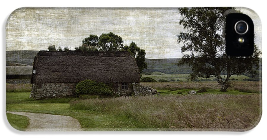 Thatched Roofed IPhone 5 / 5s Case featuring the photograph Old House In Culloden Battlefield by RicardMN Photography