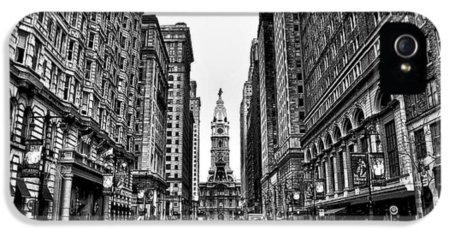 City IPhone 5 / 5s Case featuring the photograph Urban Canyon - Philadelphia City Hall by Bill Cannon