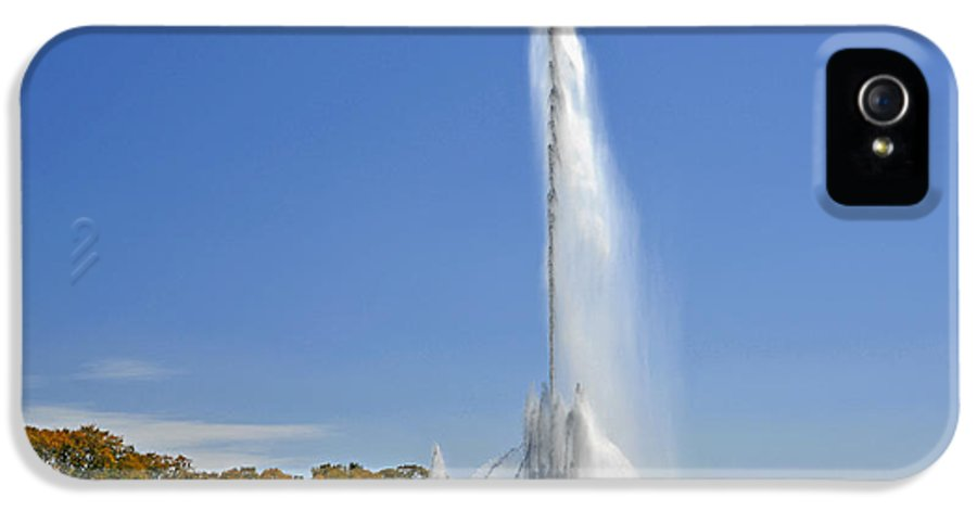 Clarence IPhone 5 / 5s Case featuring the photograph Buckingham Fountain - Chicago's Iconic Landmark by Christine Till