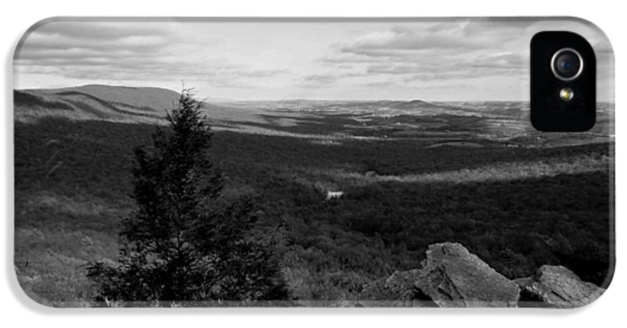 Hawk Mountain IPhone 5 / 5s Case featuring the photograph Hawk Mountain Sanctuary Bw by David Dehner