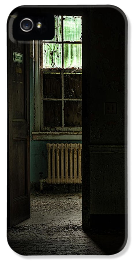 Abandoned Building IPhone 5 / 5s Case featuring the photograph Resuscitator Room by Gary Heller