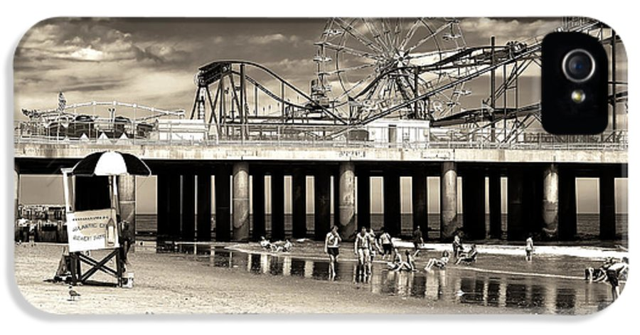 Vintage Steel Pier IPhone 5 / 5s Case featuring the photograph Vintage Steel Pier by John Rizzuto