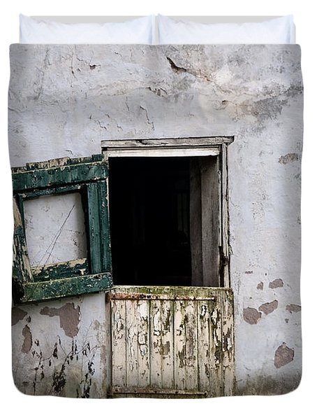 Barn Door In Need Of Repair Duvet Cover by Bill Cannon