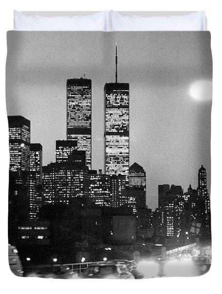 Brooklyn Bridge traffic II dusk 1980s Duvet Cover by Gary Eason