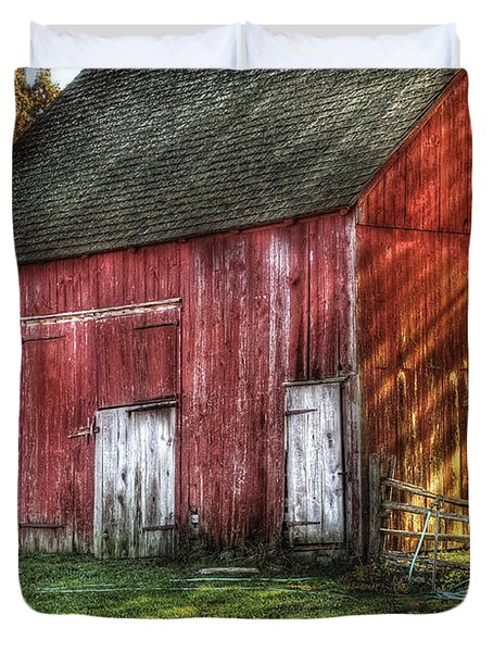 Farm - Barn - The old red barn Duvet Cover by Mike Savad