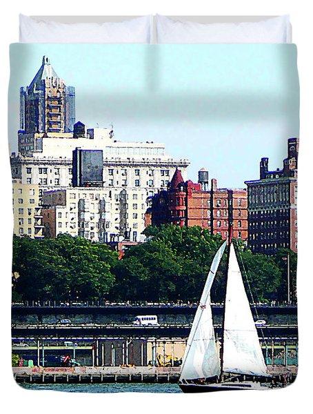 Manhattan - Sailboat Against Manhatten Skyline Duvet Cover by Susan Savad