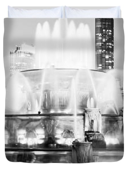 Panoramic Picture Of Chicago Buckingham Fountain  Duvet Cover by Paul Velgos