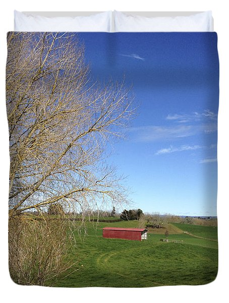 Red Barn Duvet Cover by Les Cunliffe